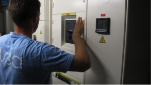 Des techniciens experts en électricité : mise en oeuvre du réseau de distribution et de solutions d'économie d'énergie pour des bâtiments éco-responsables